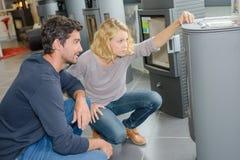 Kunden, die nach Ofen suchen lizenzfreie stockfotos