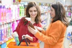 Kunden, die Reinigungsprodukte im Supermarkt wählen Stockfotografie