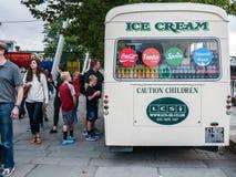 Kunden am Eiscreme-LKW nahe Southbank zentrieren, London Stockbilder