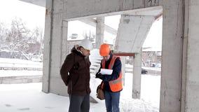 Kunden, en affärsman, diskuterar konstruktionen av hans nya köpcentrum med arkitekten och teknikern stock video