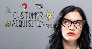 Kunden-Erwerb mit junger Geschäftsfrau lizenzfreie stockfotografie