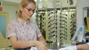 Kunden får klara exponeringsglas för att testa och att försöka lager videofilmer