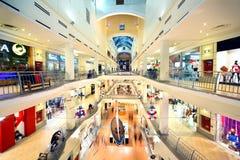 Kunden gehen in Atrium-Mall Lizenzfreies Stockbild