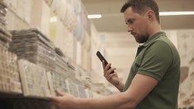 Kunden köper en tegelplatta stock video