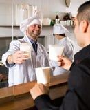 Kunden köper fastfood royaltyfri bild