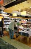 Kunden kaufen für Bücher in Changi-Flughafen, Singapur Lizenzfreie Stockfotos