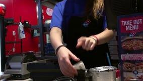 Kunden-kaufende Dominopizza und nehmen Empfang stock video footage