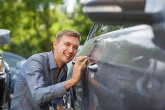 Kunden kontrollerar allt, innan han köper en ny bil Royaltyfria Bilder