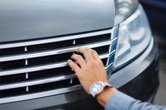 Kunden kontrollerar allt, innan han köper en ny bil Royaltyfri Foto