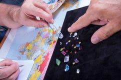Kunden och säljaren förhandlar köpet av en gruppering av preciouen Fotografering för Bildbyråer