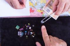 Kunden och säljaren förhandlar köpet av en gruppering av preciouen Arkivfoton