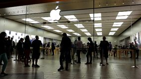 Kunden richten außerhalb Apple Stores aus, um das gerechte freigegebene iPhone 7 und 7 zu kaufen Plus