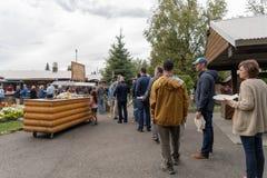 Kunden richten für das Alaska Salmon Bake im Pionierpark aus lizenzfreies stockfoto