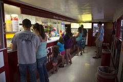 Kunden am Süßigkeits-Zähler, Stern-Antrieb im Kino, Montrose, Colorado, USA stockfotografie