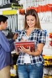 Kunden-Scannen-Zangen eingestellt durch Handy Lizenzfreies Stockfoto