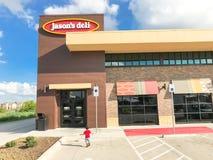 Kunden skriver in den Jason Deli restaurangkedjan i Lewisville, Texas, royaltyfria foton