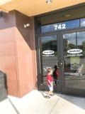 Kunden skriver in den Jason Deli restaurangkedjan i Lewisville, Texas, royaltyfri bild