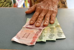 Kunden som betalas för tillförsel shoppar in Royaltyfri Fotografi