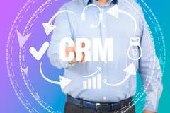 Kunden-Verhältnis-Managementkonzeptmann, der CRM vorwählt stockfoto