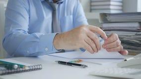 Kundenbetreuer Archiving Accounting Documents und Rechnungen stockbild