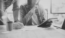 Kundenbetreuer, die modernes Konstruktionsbüro bearbeiten Frau, die Marktbericht-Digital-Tablet zeigt Produzent Department Work N Lizenzfreie Stockbilder