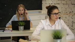 Kundenbetreuungsbetreiber, der in einem Call-Center arbeitet stock footage