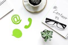Kundenbetreuungsdesktop mit Kontakt wir Zeichen auf Draufsicht des weißen Hintergrundes Lizenzfreie Stockfotos