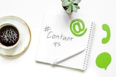 Kundenbetreuungsdesktop mit Kontakt wir Zeichen auf Draufsicht des weißen Hintergrundes Stockbilder