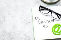 Kundenbetreuungsdesktop mit Kontakt wir Zeichen auf grauem b Lizenzfreie Stockbilder