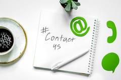 Kundenbetreuungsdesktop mit Kontakt wir Zeichen auf Weiß Lizenzfreie Stockbilder