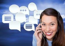Kundenbetreuungsservice-Frau mit Chatblasen Stockfoto