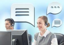 Kundenbetreuungsservice-Leute mit Chatblasen Lizenzfreies Stockfoto