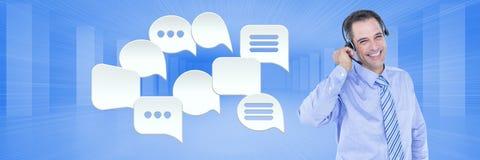 Kundenbetreuungsservice-Mann mit Chatblasen Stockfoto