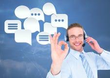 Kundenbetreuungsservice-Mann mit Chatblasen Stockfotografie