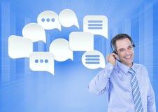 Kundenbetreuungsservice-Mann mit Chatblasen Stockfotos