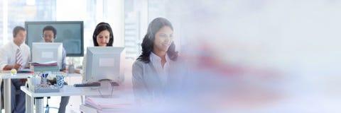 Kundendienst mit Kopfhörerassistenten mit hellem Bürohintergrund Lizenzfreies Stockbild