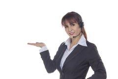 Kundendienstfrau mit Kopfhörer Lächelnde Geschäftsfrau, die O zeigt Stockbilder