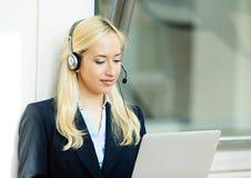 Kundendienstmitarbeiter, der an dem Computer spricht auf h arbeitet lizenzfreie stockfotos