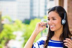 Kundendienstmitarbeiter- oder Call-Center-Vertreter oder Hilfspersonal oder Betreiber mit Kopfhörer auf äußerem Balkon Lizenzfreies Stockbild