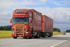 Kundengebundener roter Scania-LKW-Transport Stockfoto