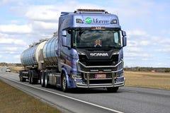 Kundengebundener Scania-Tanker der nächsten Generation auf der Straße Lizenzfreies Stockfoto