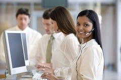Kundenkontaktcenter mit lächelnder Frau Stockfotos