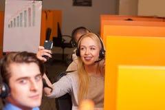Kundenkontaktcentermittel bei der Arbeit Lizenzfreie Stockfotografie