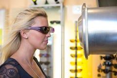 Kundenprüfung, ob Sportbrillen vor Windkanal windundurchlässig sind Lizenzfreie Stockbilder