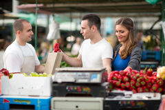 Kundensammelnpfeffer vom Verkäufer am Straßenmarkt Lizenzfreie Stockfotografie