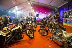 Kundenspezifische Zerhackermotorräder TT auf Anzeige an Eurasien-motobike Ausstellung, CNR-Ausstellung Stockfotos