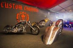 Kundenspezifische Zerhackermotorräder TT auf Anzeige an Eurasien-motobike Ausstellung, CNR-Ausstellung Stockbilder