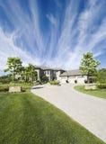Kundenspezifisches Haus mit einem drastischen Himmel Lizenzfreie Stockfotografie