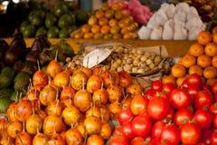 kunder för den bogocebu staden bär fruktt henne öar som den filippinska marknaden shoppar den sova tabellgrönsakkvinnan Arkivfoton