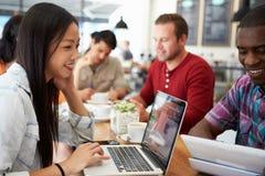 Kunder i upptagen coffee shop Arkivfoton
